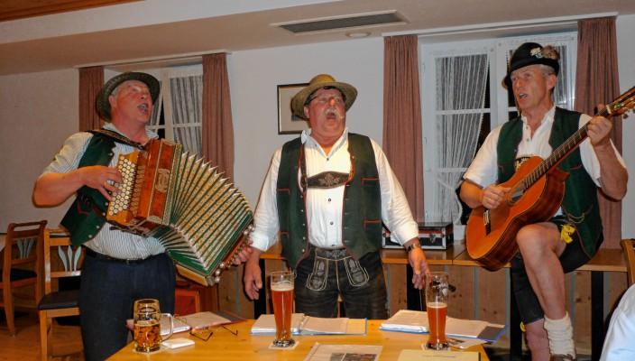 """Der """"Hinteraschauer Dreigsang"""" singt und spielt auf."""