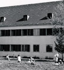 """Spielende Kinder im Bad Aiblinger """"Children's Village Camp"""". Foto: Privatarchiv Derrick Deane, Genf"""