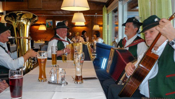 """""""De Griabigen"""" spielen im Happinger Hof auf."""