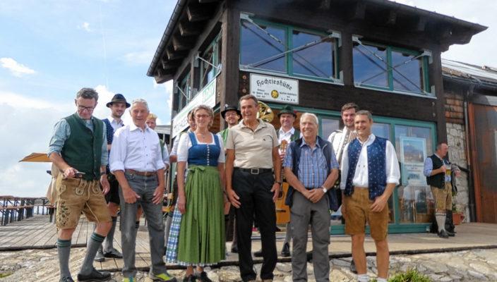 Eine freudiges Ereignis war für Alpenvereins-Vorsitzenden Franz Knarr und zahlreiche Ehrengäste die Eröffnung der neugestalteten Räumlichkeiten. Foto: hö