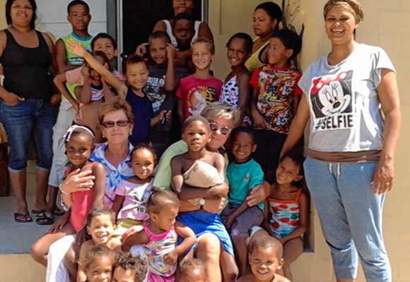 """Aidswaisen, missbrauchte oder vernachlässigte Kinder: Sie alle finden eine neue Heimat im Kinderdorf von """"Hope and Light""""."""