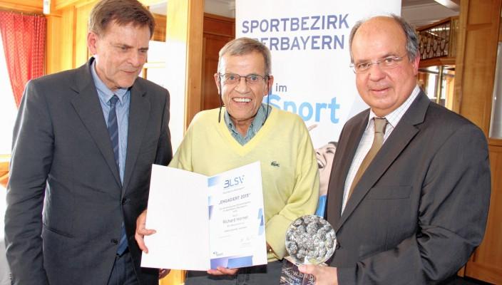 BLSV-Vizepräsident Bernd Kränzle (links) und BLSVBezirksvorsitzender Otto Marchner würdigten die Verdienste von Richard Horner. Foto: alpenPR