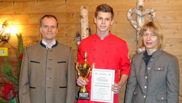 Über die gute Leistung beim Wettbewerb freuen sich die Inhaber Theresa und Thomas Albrecht mit dem Auszubildenden Josef Kurfer, Bildmitte. Foto: re