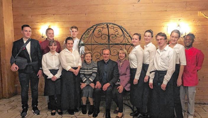 Unser Bild zeigt die Auszubildenden des Hotels Post mit ihren Ausbildern und Chefs.