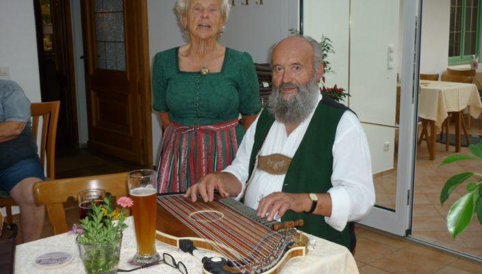 """Der """"Hundhamer Zwoagsang"""" mit Babet und Erwin Muckenhirn glänzt mit zweistimmigem Gesang und Zitherbegleitung."""