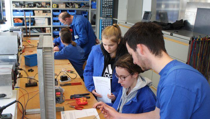Unter Anleitung lernten die Mädchen zum Beispiel, wie sie als Elektronikerin für Betriebstechnik einen geschlossenen Stromkreis erzeugen.