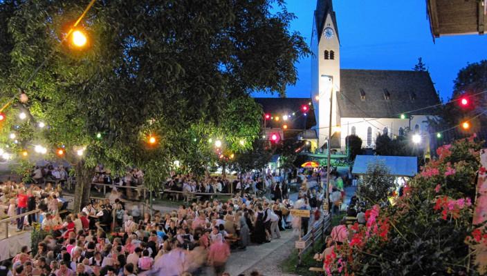 Die Dorfstraße als romantische Kulisse für das Weinfest.