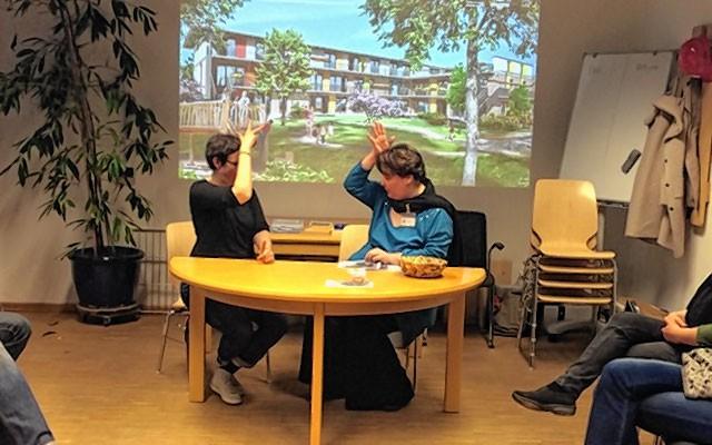 """Beim Infoabend """"Arbeit mit hörgeschädigten Kindern"""" im Gebäude 30, des Ortsteils Sägmühle wurde auch die Gebärdensprache - hier das Fingeralphabet - vorgestellt. Links Anja Rieder, Erzieherin der zu schaffenden Montessori Kinderkrippe, rechts Monika Hart, stellvertretende Montessori Kinderhausleitung. Foto: re"""