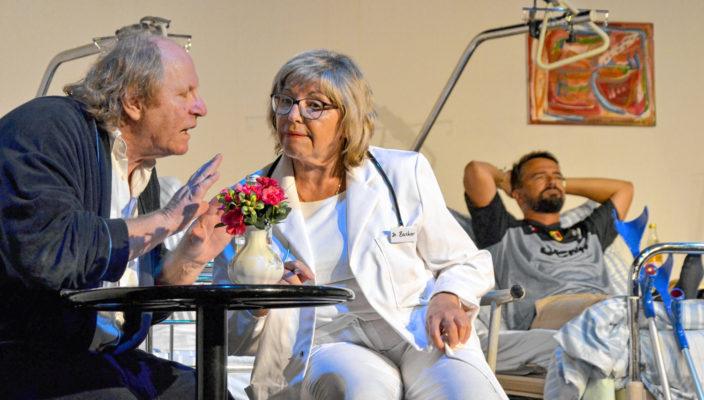 Paul Heiler (Rudi Lardong) schlägt Frau Dr. Bucher (Silvia Hofmann) einen Deal vor, für ein neues Herz findet er für sie einen Partner, Paolo Padini (Peter Panhans) hört zu.