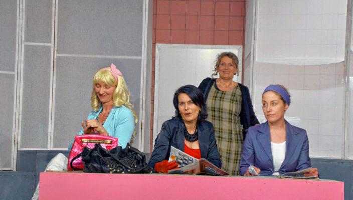 Von links: Babsi (Elke Kattaloher), Renate (Sabine Weidinger), Ruth (Christine Jell) und Steffi (Anja Rajch) vor dem Spiegel in der Damentoilette.