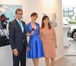 Künstlerin Jungmin Park (rechts) mit Kuratorin Dr. Sonja Lechner und Willi Bonke, Geschäftsführer von Premium Cars Rosenheim bei der feierlichen Ausstellungseröffnung.