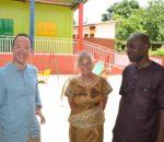 Astrid Toda mit dem Vorsitzenden der Ecole de Solitaritè e.V. Benoit Ahlonsou und Christoph Vorderhuber.