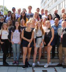 Deutsche und israelische Jugendliche vor dem Rosenheimer Landratsamt. Begrüßt wurden sie von Dr. Manuel Diller, Leiter der Abteilung Jugend, Familie, Soziales und Kommunales im Landratsamt Rosenheim (vorne links) und dem stellvertretenden Landrat Josef Huber (vorne rechts).