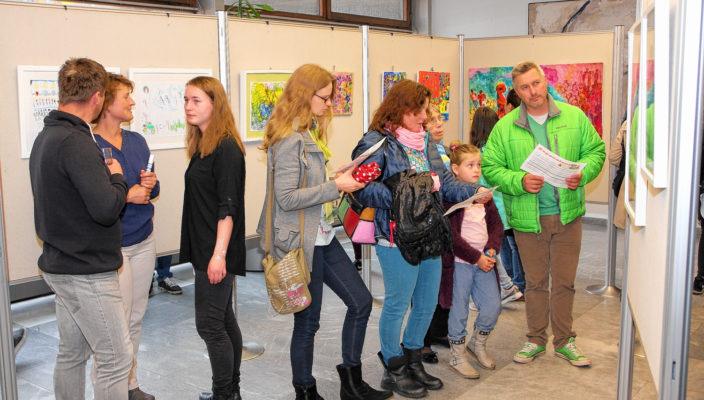 Die Besucher waren beeindruckt von der jungen Kunst.