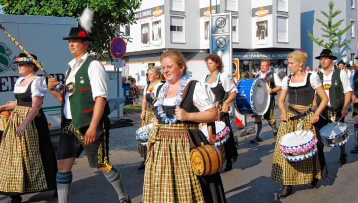Mit dem Festzug geht's zum Feiern zum Alten Rathaus. Fotos: Daniela Lindl