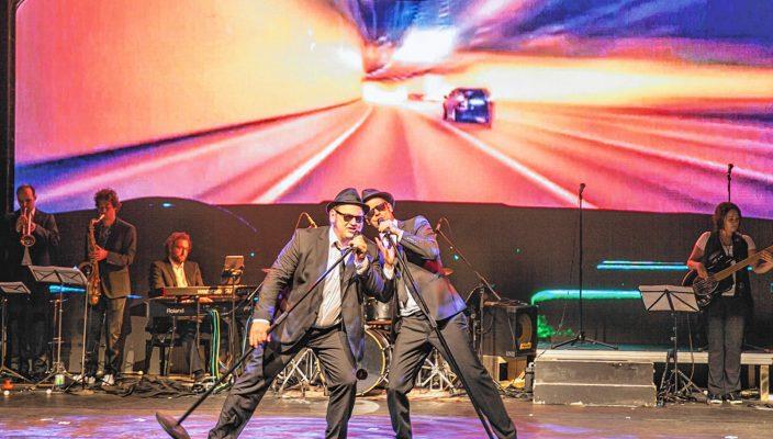 Tragen auch im Dunkeln Sonnenbrillen: die Blues Brothers. Ihre Geschichte kommt nun ins KU'KO. Foto: Philipp Moencke