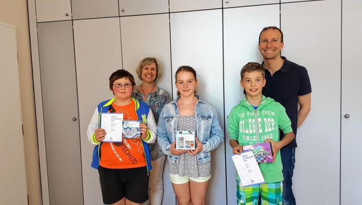 Unser Bild zeigt (von links) die Gewinner Benjamin Hantschel, Corina Eder und Felix Jaiser flankiert von Schulleiterin Sigrid Rechenauer und Känguru-Organisator Florian Ludwig.