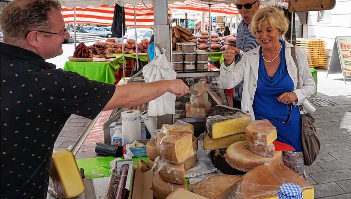 Vom zarten Kärntner Schinkenspeck und traditionellem Vorarlberger Heu-Käse über feine Wildprodukte bis hin zum echten Zirbenschnaps – der Kärntner Markt verwöhnt vom 10. bis 13. Juni alle Feinschmecker in Bad Aibling.