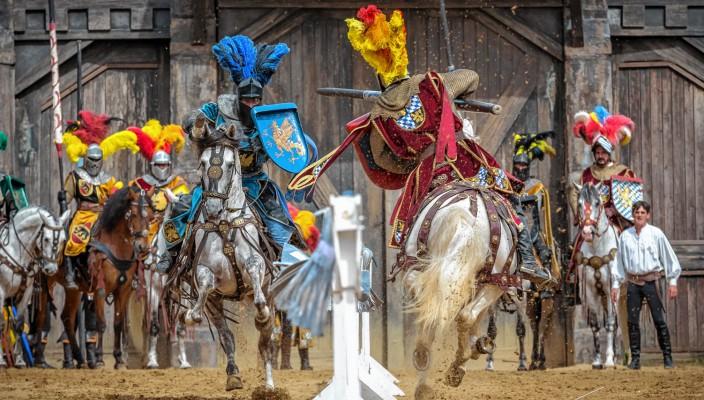 Kaltenberg ist alles zugleich: Show, Open-Air-Festival, lebendiges Mittelalter und für Kinder der einzige Spielplatz, auf dem sie einen Ritterschlag erhalten.