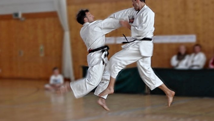 Karate live: Hier kämpfen Thilo Weinzierl, SV 1880 München, und Julian Statt (rechts). Foto: Constanze Ryniak
