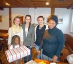 Organisatorin Anna-Lena Müller und die Schülersprecher Vicky Lörz und Farina Hambüchen (von links) zusammen mit einem beschenkten Mädchen und ihrer Mutter.