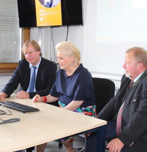 Von links: Landrat Wolfgang Rzehak, Oberbürgermeisterin Gabriele Bauer und stellvertretender Landrat Josef Huber.