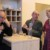 Hypochonder Kurt Trimmel (Richard Martl, Bildmitte)) gerät immer wieder in Erklärungsnöte gegenüber seiner Frau Julie (Angelika Heigermoser).