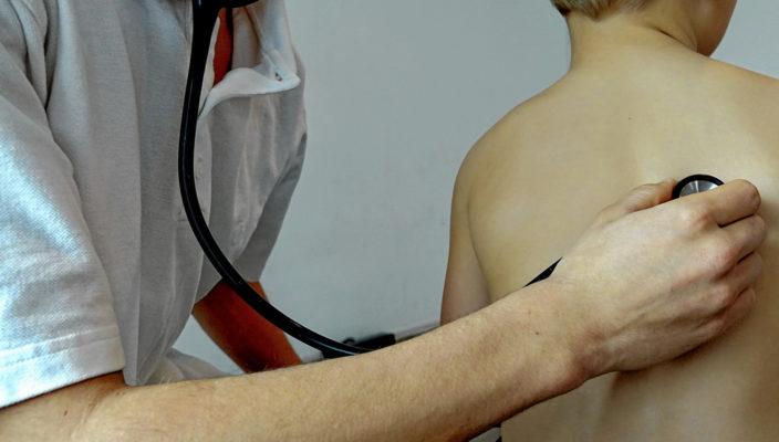 Lungenentzündung ist die häufigste Komplikation bei Keuchhusten-Erkrankungen.
