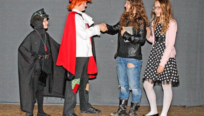 Die menschlichen Freundinnen Nina und Lucy helfen dem kleinen Vampir.