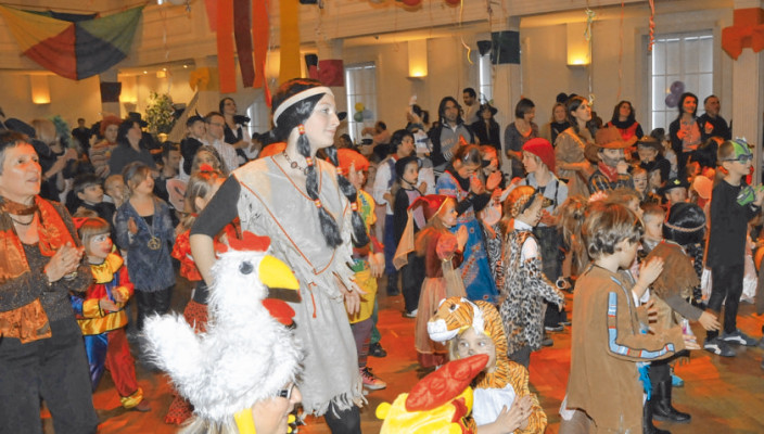 Bunte Kostüme sind gern gesehen beim Kinderfasching.