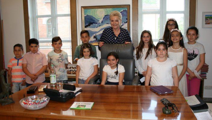 Elf Jungen und Mädchen besuchten Oberbürgermeisterin Gabriele Bauer im Rathaus. Foto: Pis