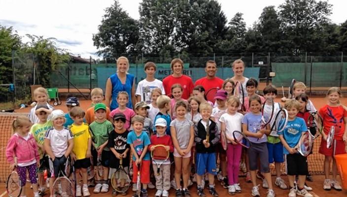 Die kleinen Tennisspieler haben viel Spaß beim Training.