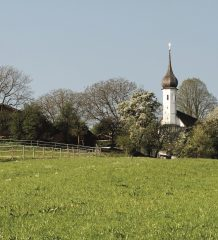 Westlich vom Chiemsee liegt die Kirche Sankt Jakobus. Foto: Prien Marketing GmbH