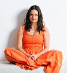 Schauspielerin Angela Ascher ist mit ihrem Soloprogramm unterwegs.