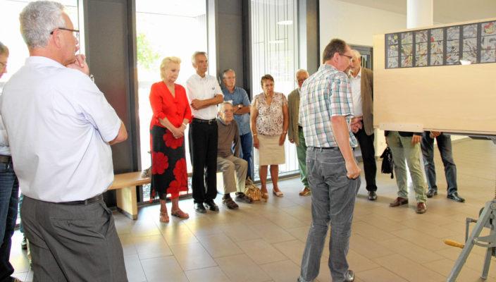 Auch Oberbürgermeisterin Gabriele Bauer informierte sich über die Pläne für die neue Klinikkapelle.
