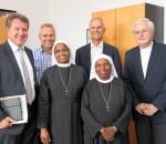 Weitere Kooperation besiegelt: Domkapitular Prälat Lorenz Kastenhofer (rechts) und die Missionsfranziskanerinnen mit MdL Klaus Stöttner (links), Personaldirektor Hans Daxlberger (Zweiter von links) und Geschäftsführer Günther Pfaffeneder.