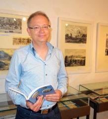 """Rundgang mit Marcus Spangenberg durch die """"Traumschlösser-Ausstellung"""" im Priener Heimatmuseum. Foto: hö"""