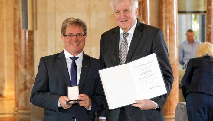 Aus den Händen des bayerischen Ministerpräsidenten Horst Seehofer erhielt Prof. Heinrich Köster die hohe Auszeichnung. Foto: Bay. Staaskanzlei