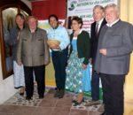 Große Freude über die gesammelten Spenden in Höhe von 1800 Euro (von links): Brigitte Plank, Sepp Ranner, Christine Domek-Rußwurm, Resi Englhart, Künstlerischer Leiter Hannes Rott und Franz Heinritzi. Foto: Ellermeyer