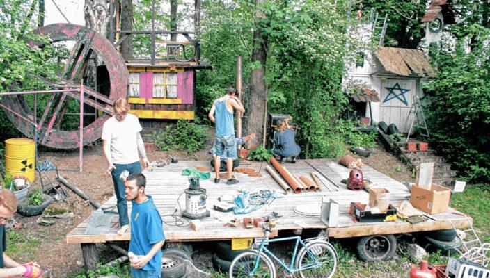 """Erste Teile der Mühle sind schon beim Bühnenaufbau für das bekannte Stück """"Krabat"""" zu sehen."""