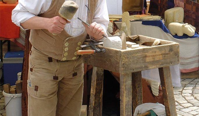 Hier kann man den Kunsthanderwerkern bei der Arbeit zuschauen.