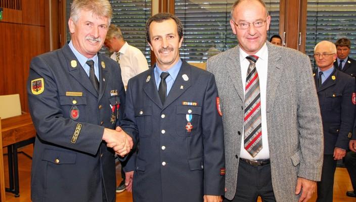 Kreisbrandrat Sebastian Ruhsamer, seine Nachfolger Richard Schrank und Landrat Wolfgang Berthaler (von links).