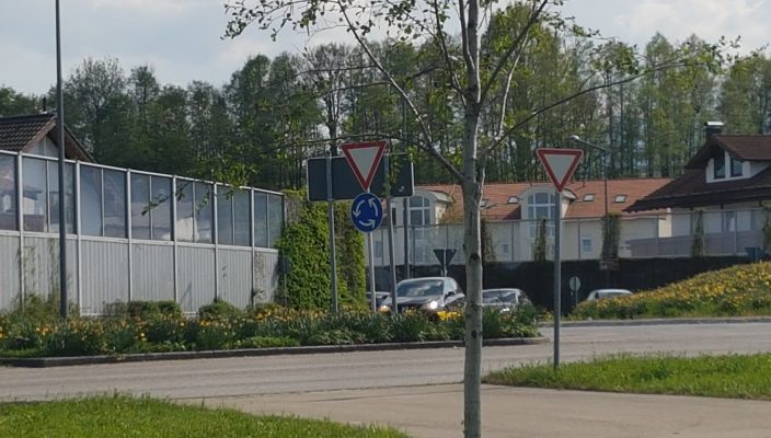 Der Schwaiger Kreisel in Rosenheim hat zwei Fahrspuren. Hier gilt: Beim Fahrstreifenwechsel darf man keinen anderen Verkehrsteilnehmer gefährden.