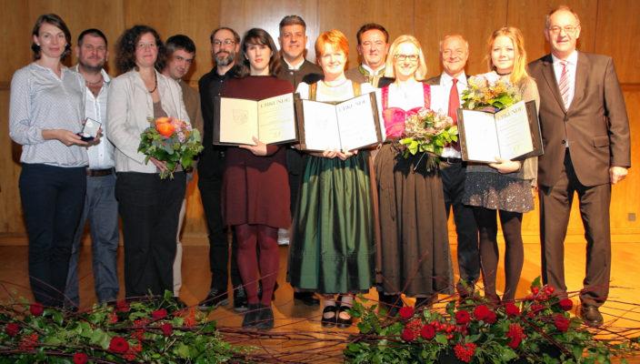 Die Kulturpreisträger erhielten von Landrat Wolfgang Berthaler, rechts im Bild, ihre Auszeichnung.