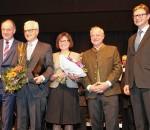 Landrat Wolfgang Berthaler, Rainer Schütz mit seiner Frau Margarita, Kulturreferent Christoph Maier-Gehring und Priens Bürgermeister Jürgen Seifert.