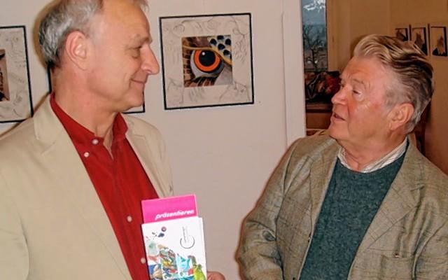 Der neue Kulturreferent Christoph Maier-Gehring (links) im Gespräch mit Hermann Erhard vom Künstlerkreis Samerberg.