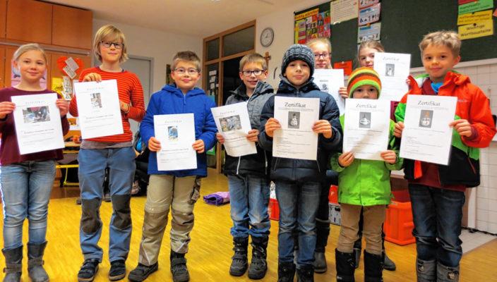Stolz auf ihr FitZ-Zertifikat: Die jungen Nachwuchskünstler der Grundschule Pang. Foto: Grundschule Pang