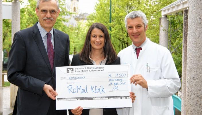 Sandra Zabel, stellvertretende kaufmännische Leiterin, und Ärztlicher Leiter Chefarzt Dr. Guido Pfeiffer, bedankten sich herzlich bei Konrad Irtel, (links im Bild).