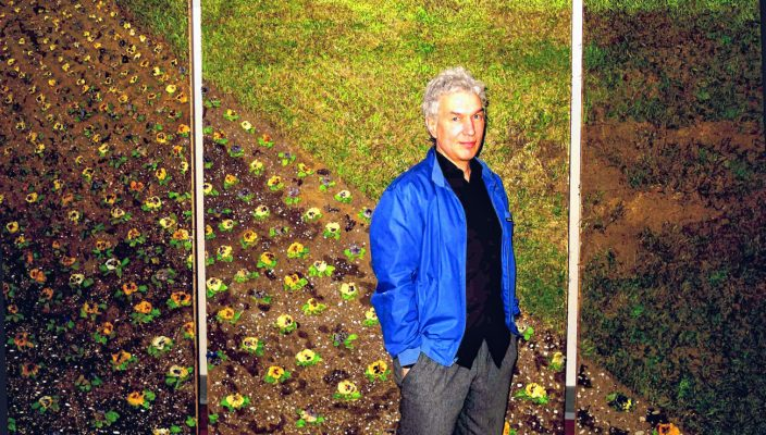 """Der Künstler Oliver Westerbarkey vor seinem Diorama """"Entropa park"""". Foto: Jacobi"""