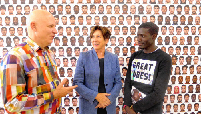 Von links: Roland Fischer, Elisabeth Mehrl und Daouda Kane, einer der Flüchtlinge, die auf dem Kollektivporträt abgebildet sind. Foto: Margrit Jacobi